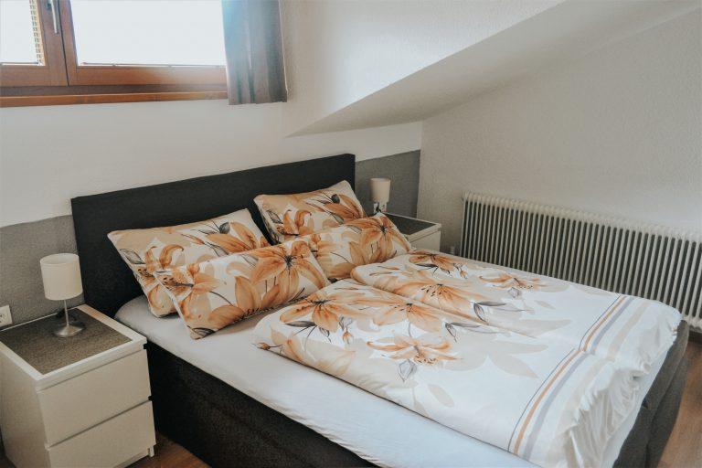 Schlafzimmer-bett-ferienwohnung